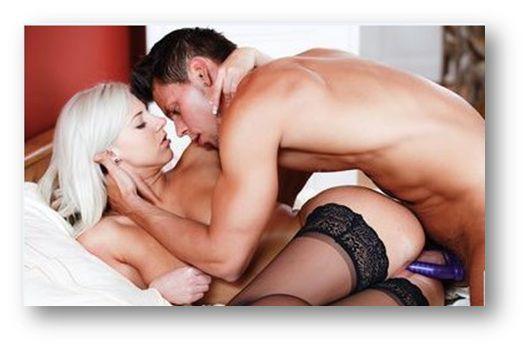 мужчина занимается сексом с помощью страпона