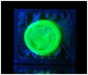 светящийся зеленым светом презерватив