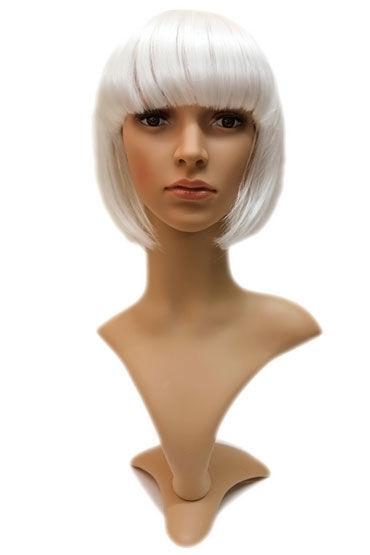 Gaga, платиновый блонд Стрижка каре с челкой