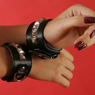 Podium наручники Узкие, с пуклями в виде пирамидки hot super glide raspberry 75 vk з